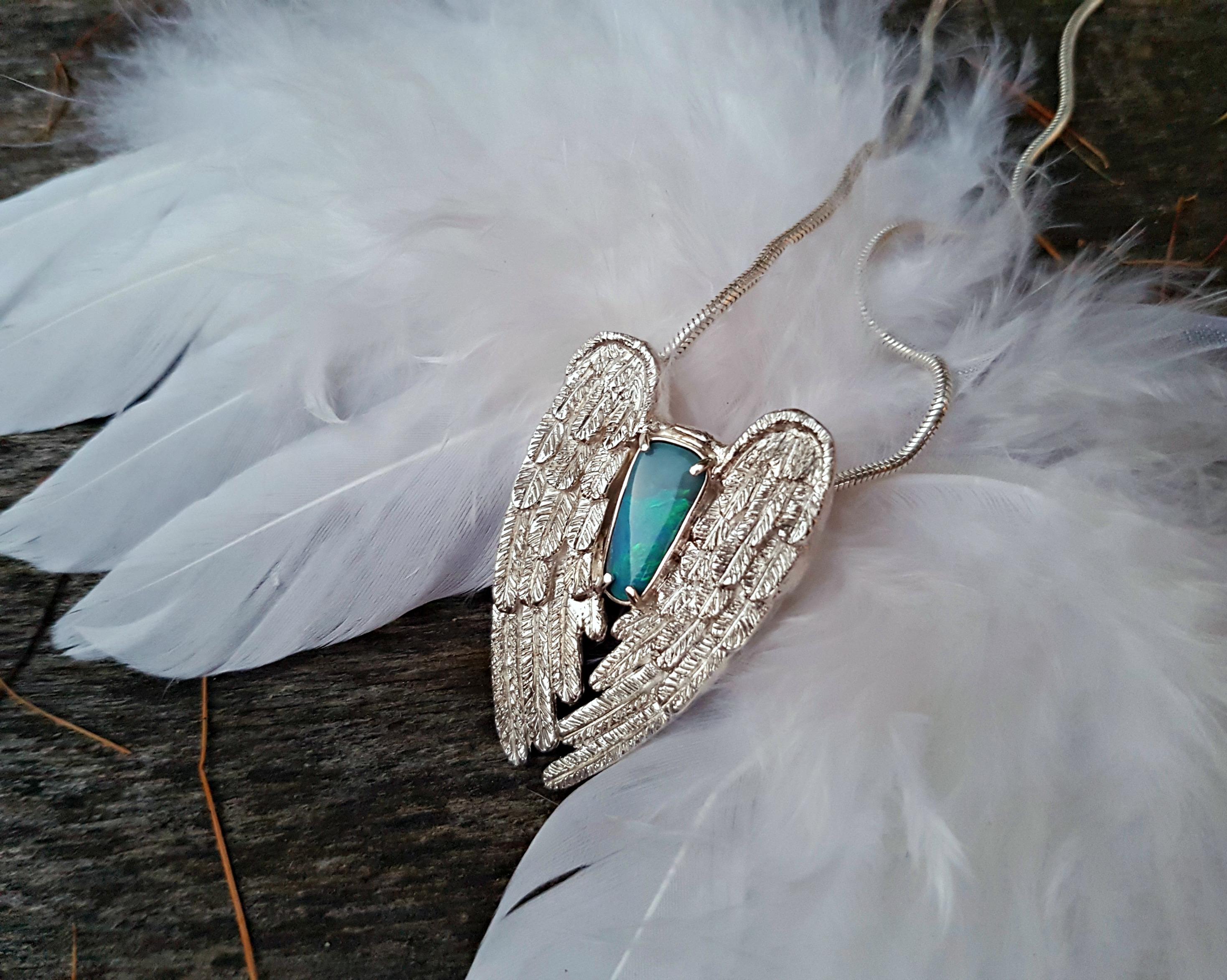 Carrousel-bien-etre-plume-pendentif-ange-opale